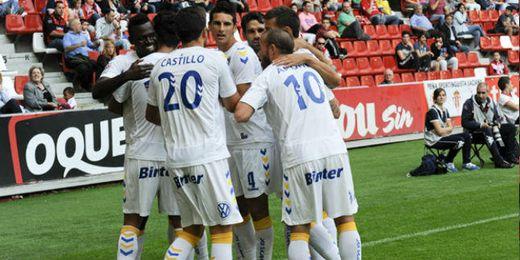 Los jugadores gran canarios celebran uno de los goles de ayer en El Molinón