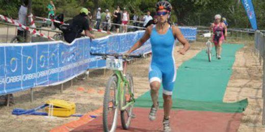 María Pujol con su bicicleta durante una competición de Triatlón.