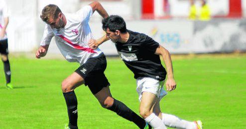 Álex Rubio avanza con el balón controlado ante el Córdoba B; el isleño sufrió un posible penalti
