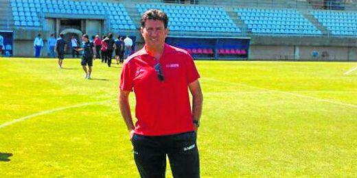 En la imagen, Diego Román, entrenador del Cabecense, posa en el Nuevo Mirador de Algeciras.
