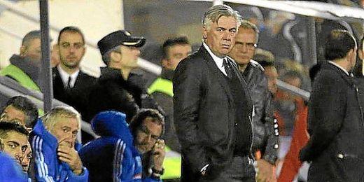 El técnico del Real Madrid, Carlo Ancelotti, pendiente del partido de ayer.