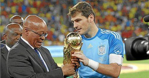 Iker Casillas, en el último amistoso de España con el trofeo de campeón del mundo en Sudáfrica.