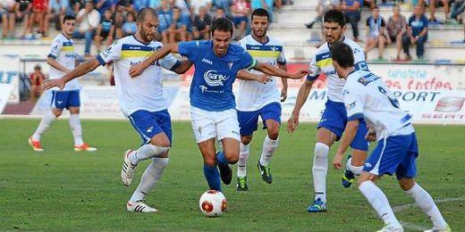 Varios futbolistas del Écija persiguen a un jugador del San Fernando.