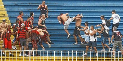Reyerta entre ultras del Atlético Paranaense y el Vasco de Gama.