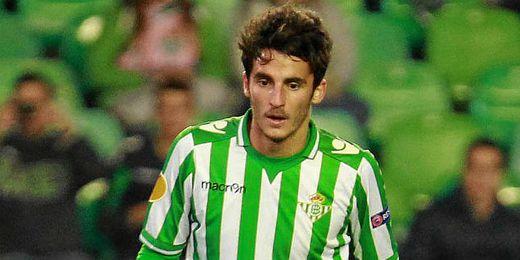 Juan Carlos mira al balón en el partido ante el Rijeka.