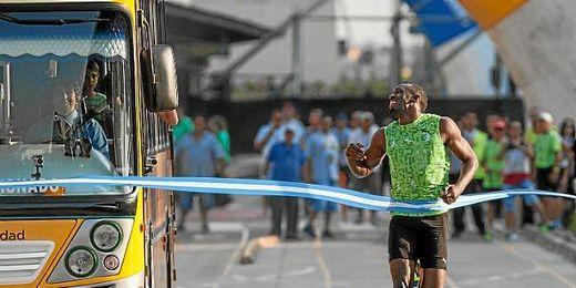 Bolt, sonriente, cruza la línea de meta.
