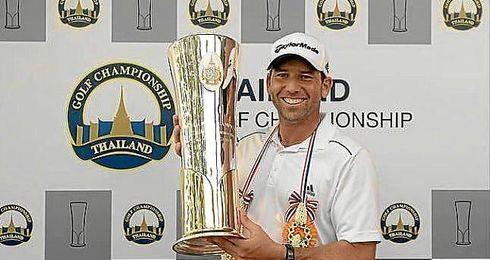 Sergio García posa con el trofeo.