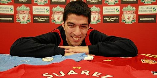 El charrúa posa en la sala de prensa del Liverpool.