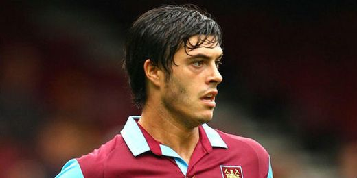 James Tomkins durante un partido del West Ham United.