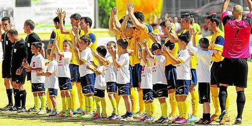 La Rociera saluda a su afición en los prolegómenos de la repesca jugada ante el Xerez B la pasada temporada.