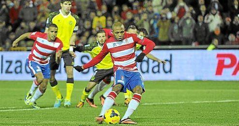 Yacine Brahimi es pieza fundamental en el Granada de Alcaraz; ante el Sevilla anotó de penalti.