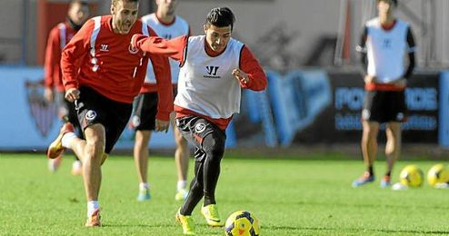 Bryan Rabello conduce el balón en un entrenamiento del Sevilla.