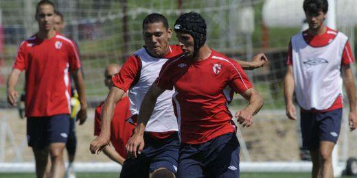 Luismi, entrena y juega con un casco protector por la fractura de cráneo que sufrió.