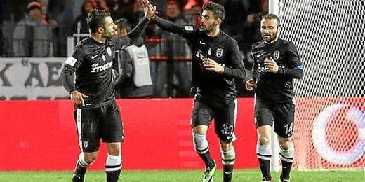 Tres jugadores del PAOK celebran uno de los dos goles anotados al Olympiacos.