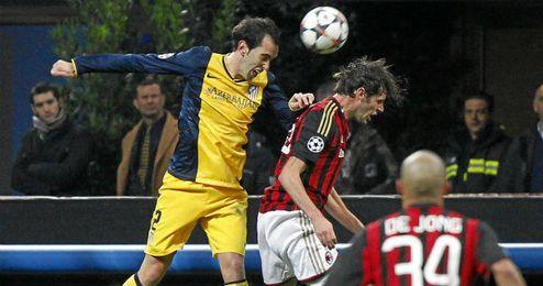 Diego Godín ,en un lance del partido de ida, donde el Atlético consiguió imponerse 0-1 al Milán.