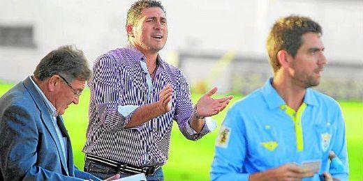 Alonso Ramírez, entrenador del Mairena, anima a los suyos durante el desarrollo de un encuentro liguero.