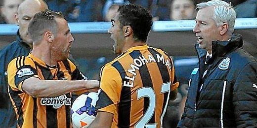 Enfrentamiento del técnico del Newcastle, Pardew con el centrocampista del Hull, Meyler.