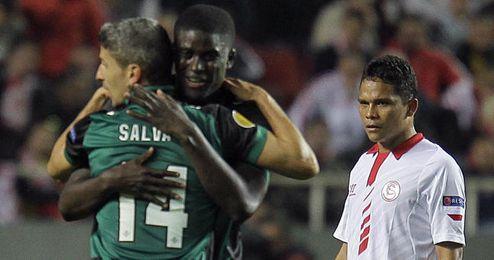 Bacca mira cómo los jugadores del Betis celebran su triunfo en el Sánchez Pizjuán