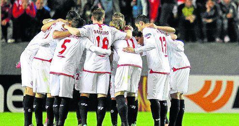 Los jugadores del Sevilla se conjuran para la remontada.