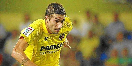 Cani lucha un balón en un partido liguero con el Villarreal.