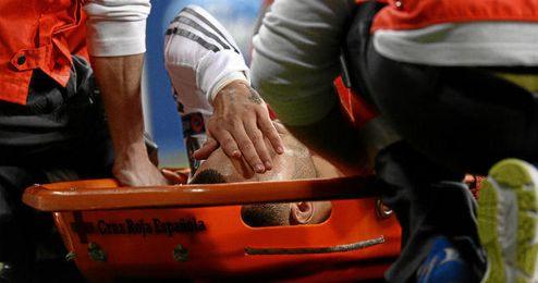 Jesé es retirado en camilla del Santiago Bernabéu.