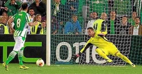 Momento en el que Nono lanza el último penalti y Beto roza el balón con los dedos.