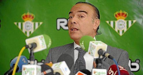 Luis Oliver, durante una rueda de prensa durante su etapa en el Betis.