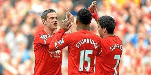Tres jugadores del Liverpool celebran un gol de su equipo.