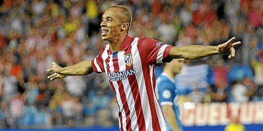 Miranda celebra un gol con el Atlético de Madrid.