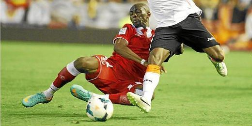 Stephane M´Bia pugna un balón ante Pabón en el Valencia-Sevilla.