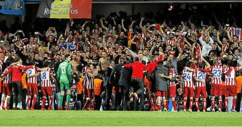 Celebración de jugadores y cuerpo técnico con la afición en Stamford Bridge.