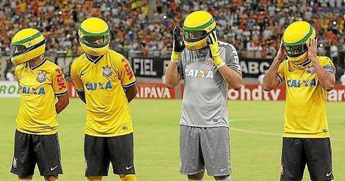 Los jugadores del Corinthians se colocaron el casco de Senna antes de jugar el partido.