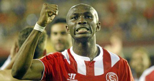M´Bia celebra el tanto que manda al Sevilla a la final de Turín.