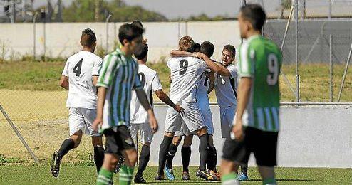 Los jugadores del Sevilla C celebran un tanto ante el Betis B.