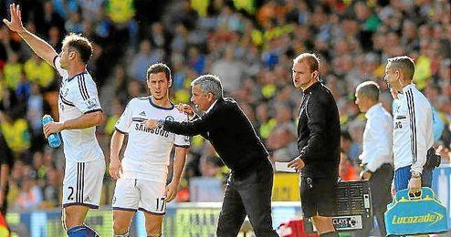 Mourinho da unas indicaciones a Hazard en un partido de la Premier.