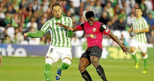 Matilla, que jugó el partido ante el Almería en el Villamarín en la primera vuelta, será hoy titular.