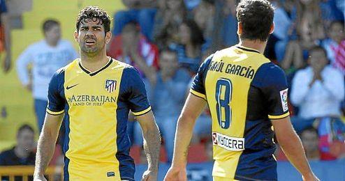 Diego Costa, izquierda y Raúl Garcia a la derecha durante el partido contra el Levante en Valencia.