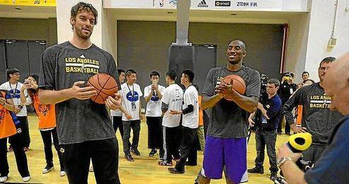 Pau Gasol y Kobe Bryant en un acto con los Lakers.