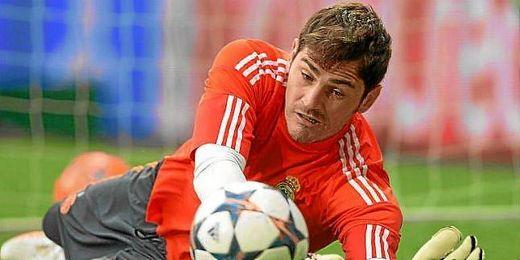 Iker Casillas hace una parada durante un partido con el Real Madrid.