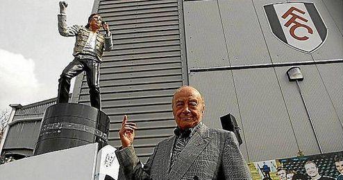 Al Fayed, junto a la estatua de Michael Jackson que él mando a construir.