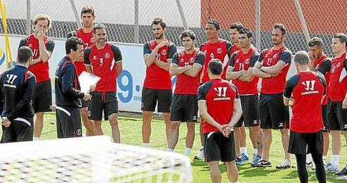 Emery conversa con la plantilla en un entrenamiento.