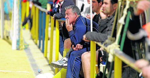 Emilio López, en el banquillo de la Rociera en un reciente encuentro ante el Atlético Villanueva.