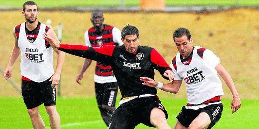 En la imagen, Dragutinovic pugna con fuerza por el balón con Fernando Navarro durante un entrenamiento.