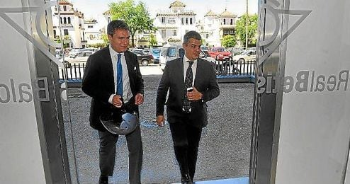 Francisco Estepa, se reunió el 30 de abril, por vez primera, con representantes de las tres asociaciones denunciantes de Lopera.