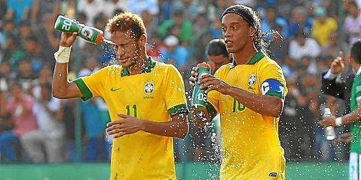 Ronaldinho (a la derecha de la imagen) le augura un gran futuro a su compañero y compatriota Neymar.