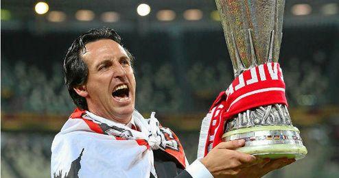 Emery levanta la copa en el césped del Juventus Stadium.