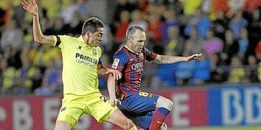 Bruno Soriano disputa el balón junto a Andrés Iniesta.
