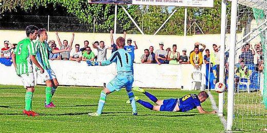 En la imagen, Carrasco anota el 1-0 ante la desolación de los centrales béticos y Javi Montoya, guardameta del filial verdiblanco.