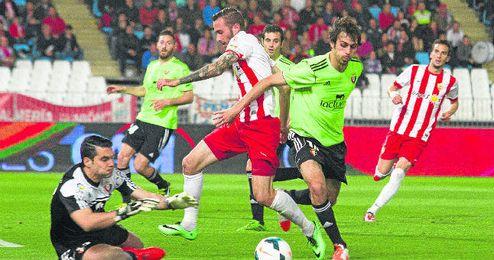 Andrés y Arribas frenan a Aleix Vidal, también vinculado al Sevilla.