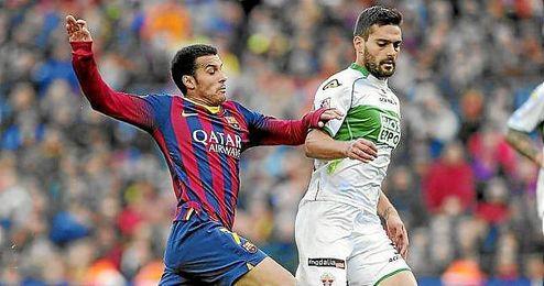 Alberto Botía, en un partido del Elche ante el Barcelona, ante Pedro.
